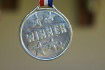 Cinquante médailles.